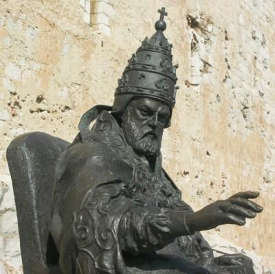 escultura al papa luna